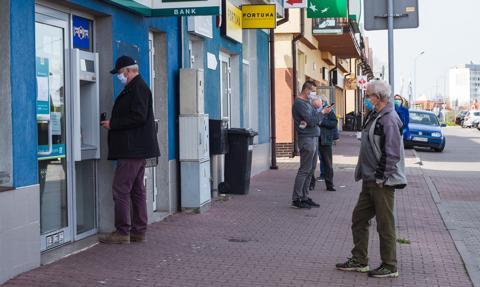 Polacy zbroją się w gotówkę. Lokaty odchodzą do lamusa