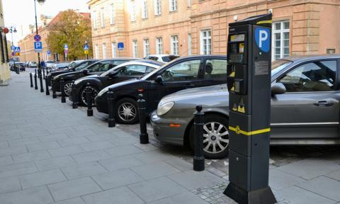 Kierowcy w stolicy zostawiają coraz więcej pieniędzy w parkomatach