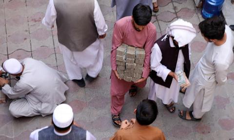 """Afganistan: klienci banków wpadli w panikę, branża finansowa jest w """"uścisku kryzysu"""""""