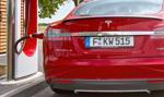 Tesla już potrafi parkować bez kierowcy [Wideo]