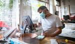 W gastronomi przez pół roku obroty spadły o 45 proc. Brakuje pracowników
