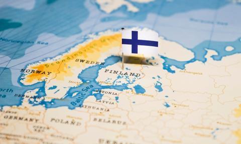 Finlandia zatwierdziła paszporty covidowe; manifestacja w Helsinkach
