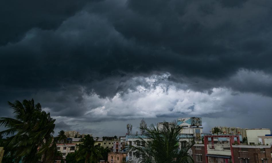 Cyklon uderzył we wschodnie wybrzeże Indii. Ewakuowano ponad 100 tys. osób