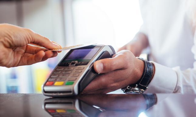 Banki wprowadzają bezpłatne karty debetowe - Bankier.pl