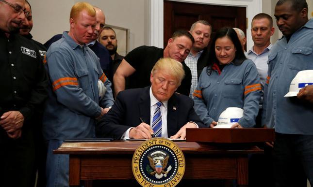 Donald Trump podpisał proklamację w towarzystwie pracowników sektora
