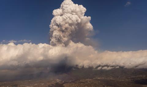Zawieszono ruch lotniczy w La Palmie. Erupcja się nasiliła