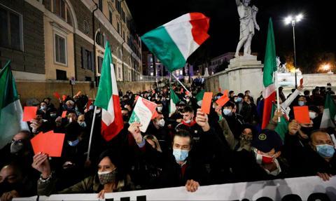 Włosi protestują przeciwko restrykcjom. Od starć z policją po nocną kolację