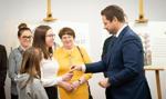 Prezydent Warszawy przekazał pierwsze klucze do nowych mieszkań komunalnych