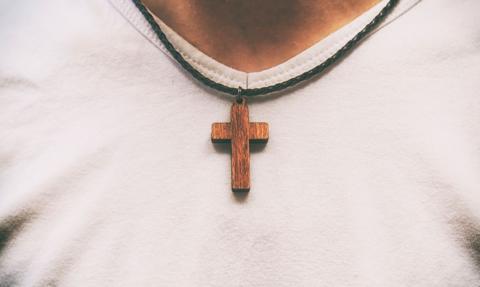 TSUE: pracodawca może zakazać noszenia w miejscu pracy symboli religijnych, politycznych czy światopoglądowych