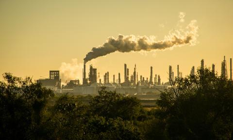 Plany producentów paliw kopalnych i cele klimatyczne dzieli przepaść. Nowy raport
