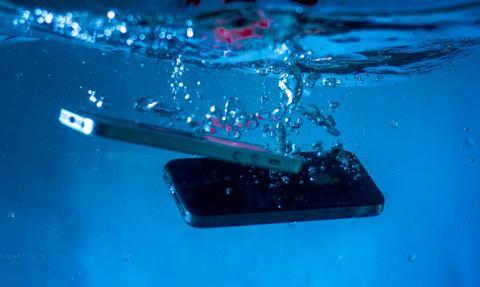 Rynek smartfonów skurczył się o 20 proc.
