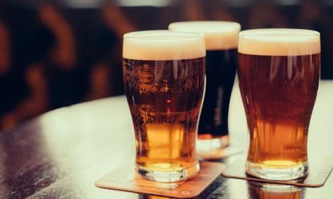 Bary i restauracje w brytyjskim parlamencie też nie będą sprzedawać alkoholu po 22