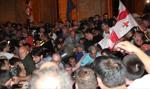 Tysiące protestujących przed gruzińskim parlamentem. Dziesiątki rannych