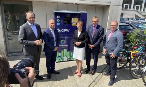 GPW uruchomiła recyklomat, który nagradza za segregację odpadów