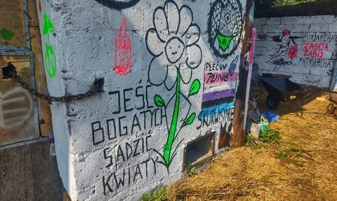 """Dzicy lokatorzy okupują dom wyceniany na 4,5 mln zł. """"To nasz sposób na życie"""""""