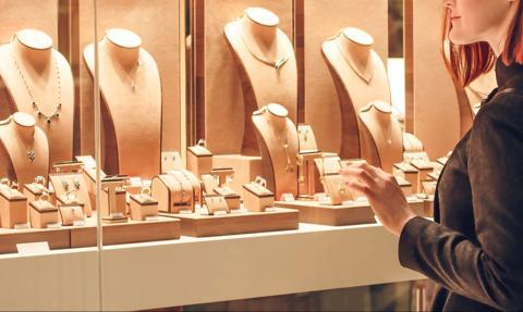 Pracownice firmy jubilerskiej miały kraść biżuterię i sprzedawać ją w sieci