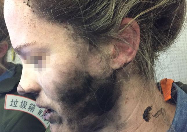 Pasażerka słuchała muzyki w samolocie, gdy nagle jej słuchawki stanęły w płomieniach