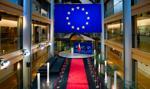 Prawie 41 proc. ankietowanych za zakończeniem sporu z UE i przyjęciem jej warunków. Sondaż