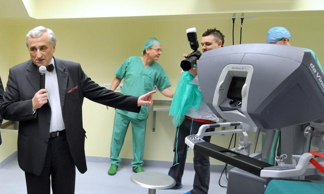Wojciech Witkiewicz, dyrektor Wojewódzkiego Szpitala Specjalistycznego we Wrocławiu prezentuje zainstalowany na Oddziale Chirurgii najnowocześniejszy na świecie i jedyny w Polsce robot chirurgiczny da Vinci