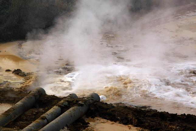 Rury odprowadzające zanieczyszczoną wodę z huty w Baotau