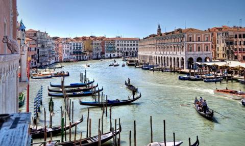 Patrole w Wenecji czuwają nad porządkiem i godnym zachowaniem turystów