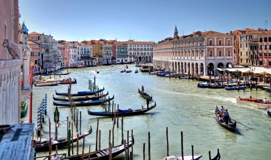 Kary dla turystów w Wenecji, w tym za pływanie na desce po Canal Grande
