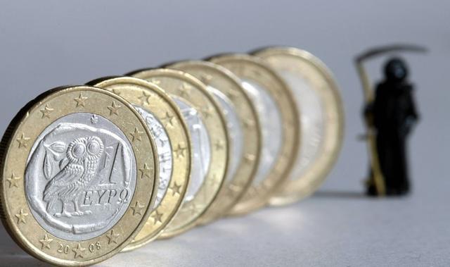 Grecy wycofują pieniądze z banków