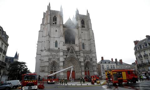 Rwandyjczyk oskarżony o podłożenie ognia w katedrze w Nantes w trzech miejscach