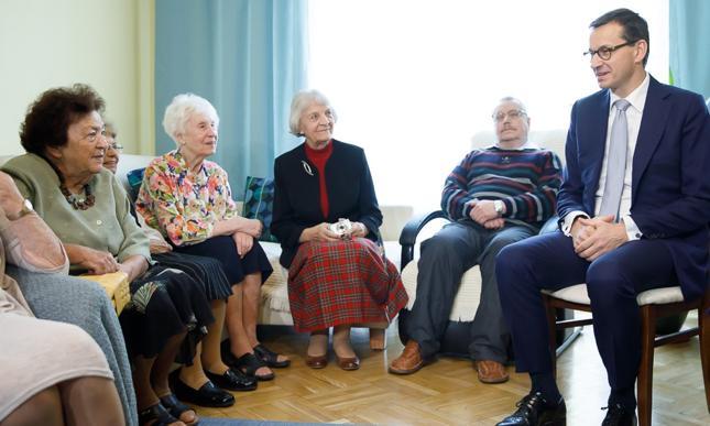 Premier Mateusz Morawiecki z pensjonariuszami w Centrum Medycznym Bonifratrów