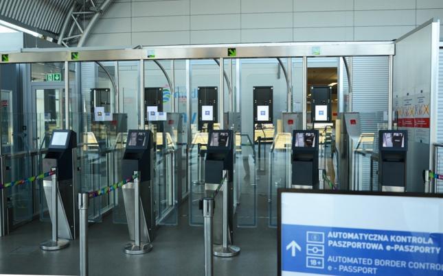 Bramki biometryczne pozwalają skrócić kontrolę graniczną do kilku sekund.