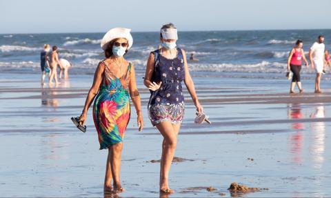 Wakacje w Europie: chodzenie po plaży w maseczce, wyrywkowe testy czy obowiązkowa kwarantanna