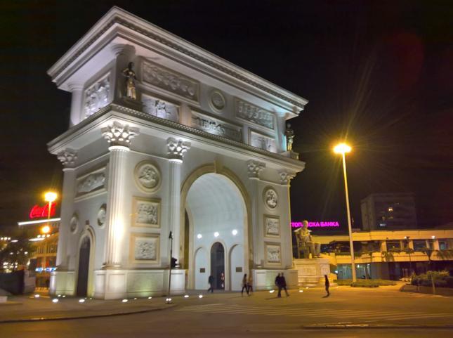 Nie regulujcie odbiorników, to nie Pola Elizejskie i paryskie l'Étoile. Witamy w Skopje