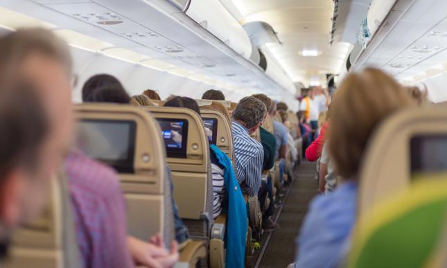 Żeby zrealizować ambitne cele, Wielka Brytania musi rozpocząć walkę o zmniejszenie popytu na loty samolotem - twierdzą doradzający rządowi eksperci