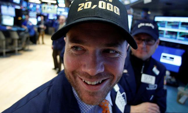 """Hit poprzedniego sezonu - czapeczki z napisem """"Dow 20,000"""" - szybko wyszły z mody."""