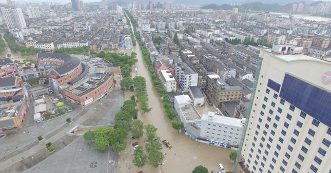Po wódz w mieście Linhai, w Zhejiang, wschodniej prowincji Chin, w efekcie uderzenia tajfunu Lekima.