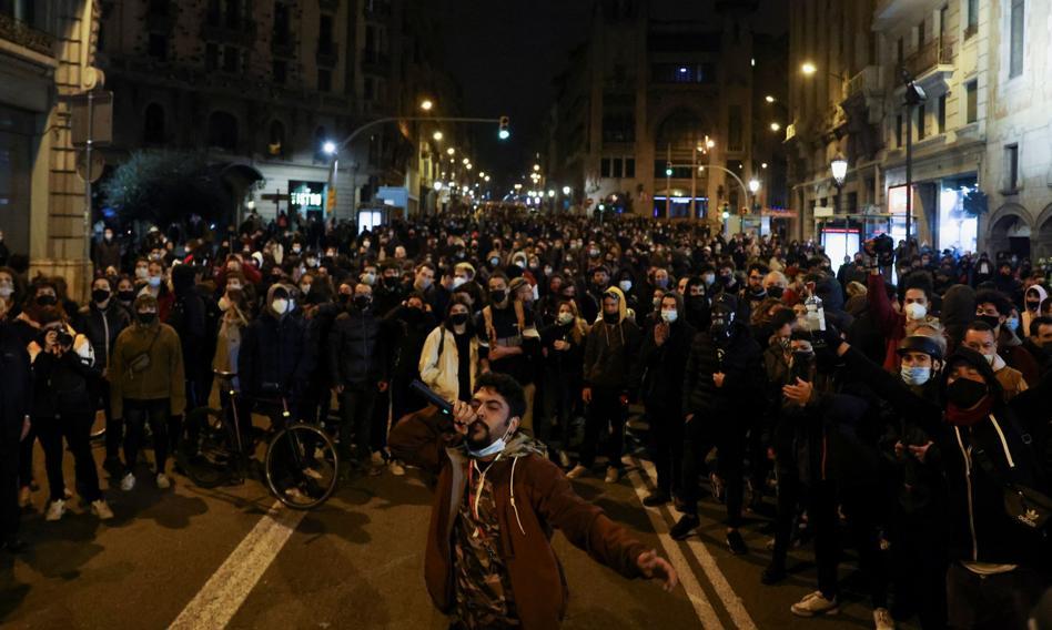 Zamieszki w Barcelonie po aresztowaniu rapera Hasela