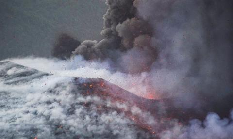 Za 20 euro można kupić paczkę z popiołem z wulkanu Cumbre Vieja. Władze wydały ostrzeżenie