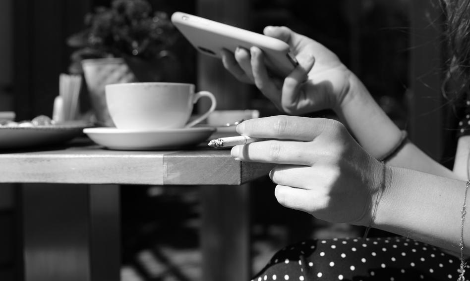 W pandemii Polacy jedli więcej słodyczy, dłużej spali i chętniej palili papierosy