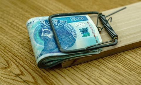 Kobieta płaciła nieprawdziwymi pieniędzmi. Odpowie za oszustwo