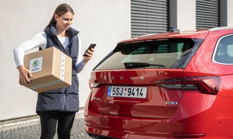 Skoda testuje dostarczanie przesyłek prosto do auta