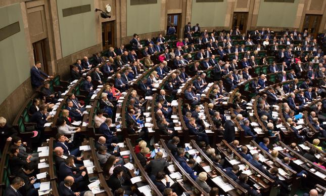 Sejm za ustawą obniżającą uposażenia parlamentarzystów o 20 proc.