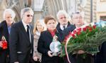 Polscy politycy zapalili znicze przed ambasadą Francji w Warszawie
