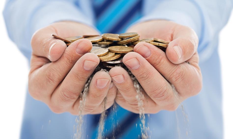 """Pierwsze banki wprowadzają """"ujemne oprocentowanie"""" oszczędności"""