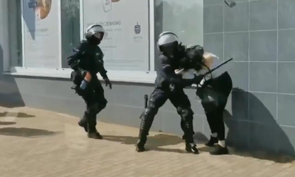 Protest w Głogowie. Policjant użył pałki wobec kobiety. Policja publikuje swoje nagranie