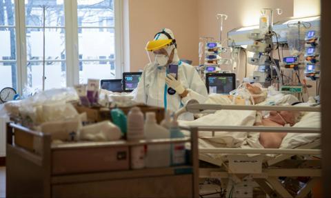 Spada liczba nowych zakażeń i hospitalizacji