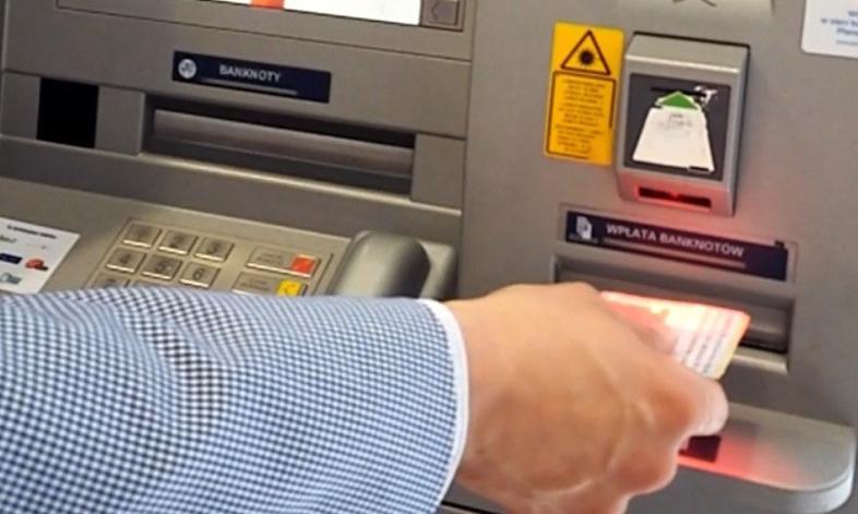 """Raz 5 zł, raz 8%... za nic. Srogie opłaty za użycie """"kredytówki"""" w bankomacie"""