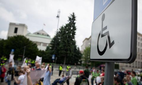 Niepełnosprawni i ich opiekunowie przed KPRM: Walczymy o 500 zł bez kryterium