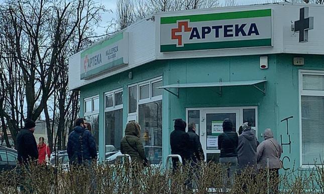 Kolejka przed okienkiem jednej z aptek w Łodzi, 13 marca 2020