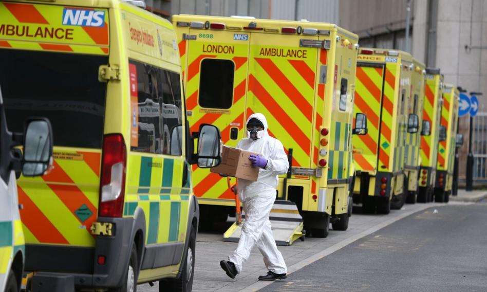 Brytyjski rząd podnosi podwyżki personelowi medycznemu. Związki: żałosne i obraźliwe