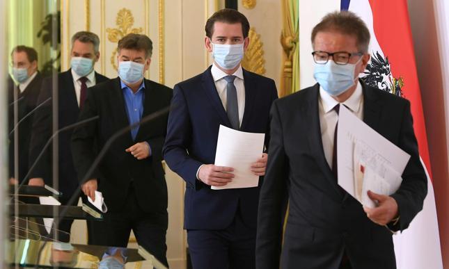 Austriacki minister zdrowia Rudolf Anschober, kanclerz Sebastian Kurz, wicekanclerz Werner Kogler oraz minister spraw wewęntrznych Karl Nehammer przybywają na konferencję prasową w związku z rozprzestrzenianiem się choroby COVID-19.